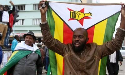 Ordunun yönetime müdahalesinin ardından sokağa dökülen Ziimbabve halkı başkent Harare sokaklarında yürüyüş yapıyor.