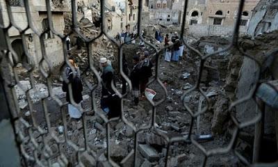 Suudi Arabistan'ın, Yemen'in başkenti Sana'ya düzenlediği ve Savunma Bakanlığı binasının hedef alındığı hava saldırısında çevredeki evler de patlamanın etkisiyle yıkıldı.