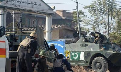 Pakistan'nın Peşaver kentinde Taliban güçleri tarafından öğrenci yurduna saldırı düzenlendi.