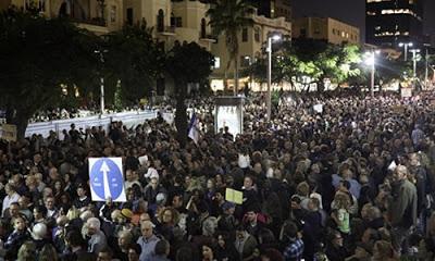 İsrail başbakanını protesto etmek için binlerce kişi sokağa döküldü.