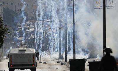 Batı Şeria'da sokağa dökülen Filistinliler İsrail askerleriyle çatıştı.