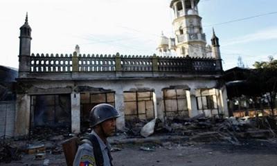 İşkence ve zulümlerin devam ettiği Arakan'da şimdi de camiler yıkılıyor.